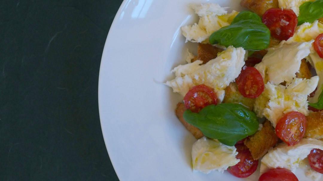 L1180715 1080x608 - Deilig lun salat med bakte tomater, mozzarella, krutonger og honning