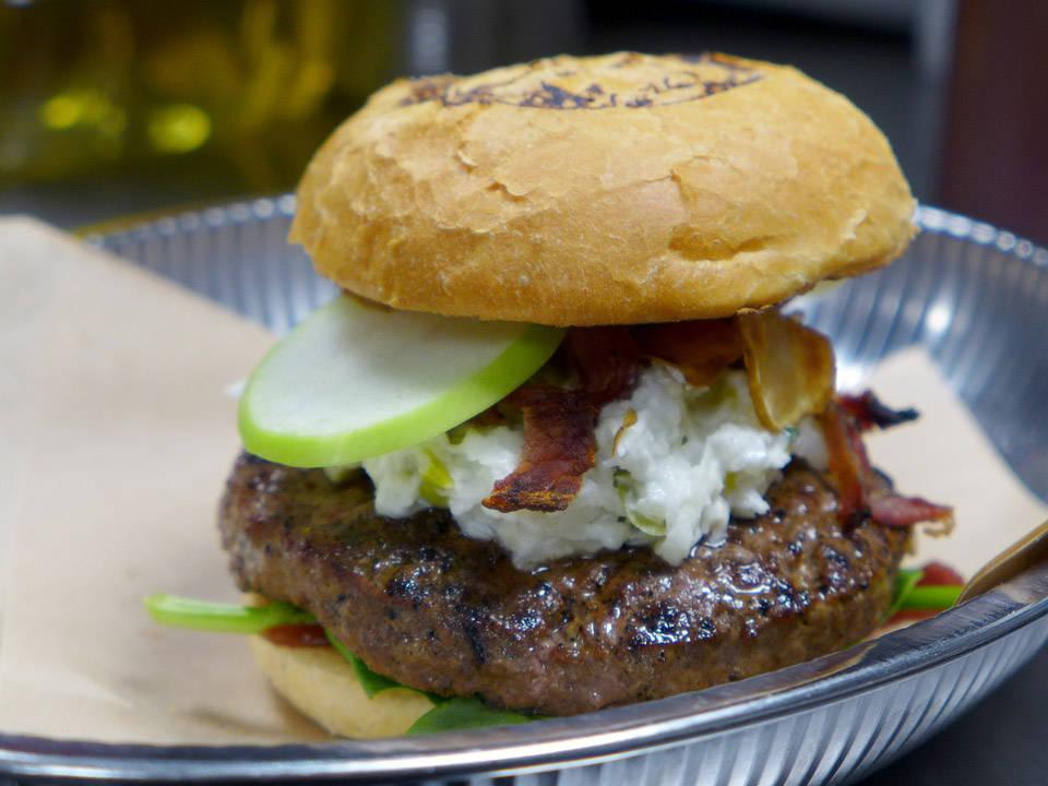 Ferdig burger klar til servering. Løp og kjøp!