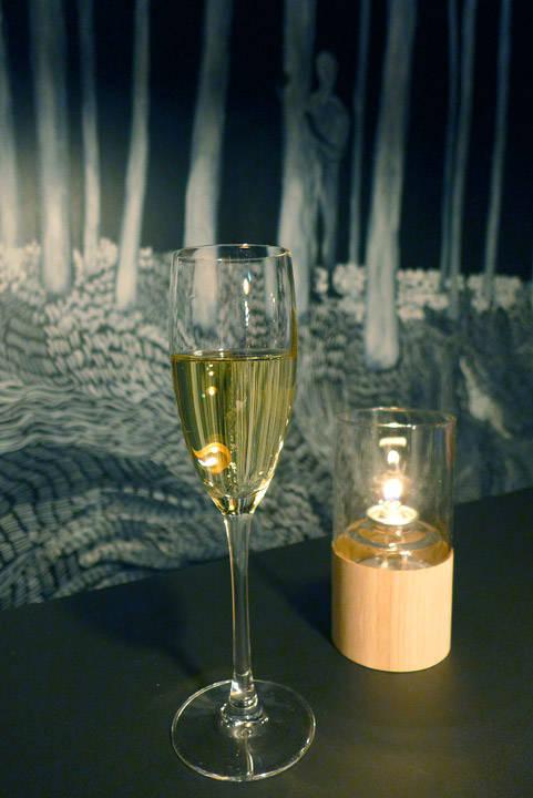 Musserende og håndmalt vegg. Mye skogstema hos Norð . Det står til og med et tre midt i lokalet. Det er fraktet fra Jeløya.