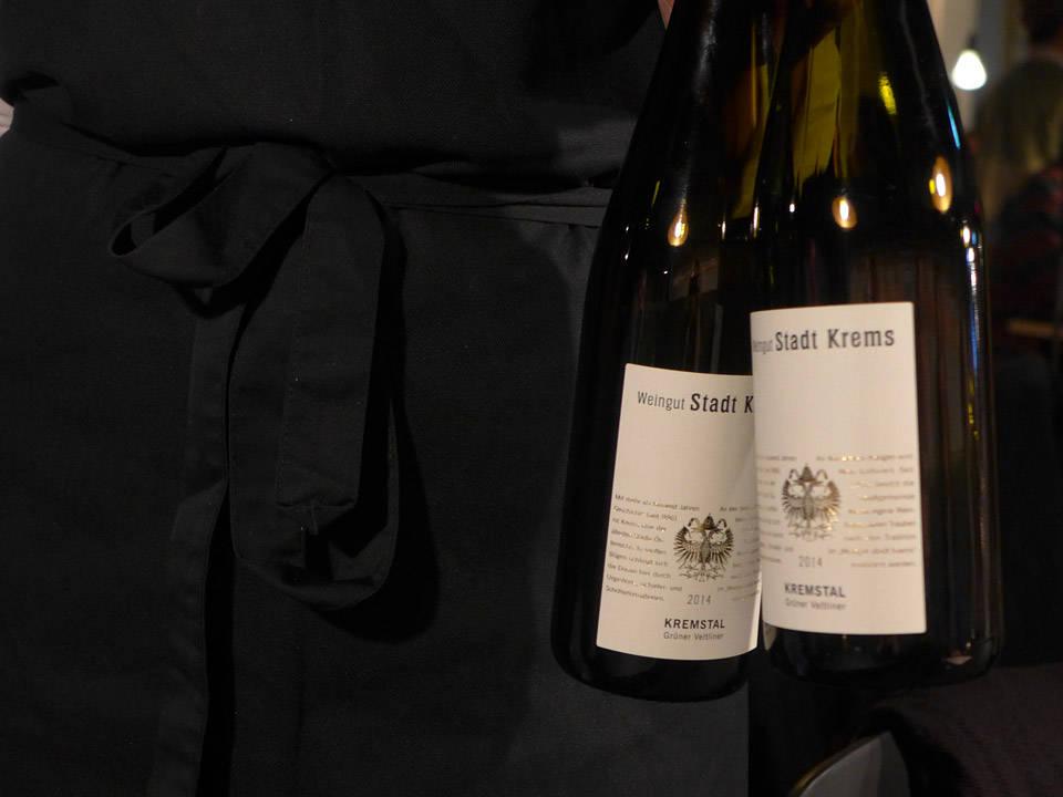 Vin og moro på åpningsfesten.