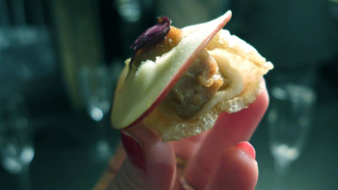 Svinesvor med langstekt svin og røkt sellerikrem og epleskive.