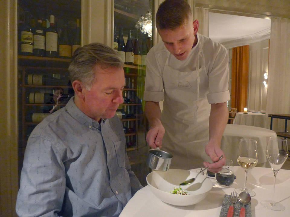 6. rett: Sild, frosne agurkkuler, persille, pepperrot. En frisk rett som er en typisk nynordisk rett litt på den danske siden.