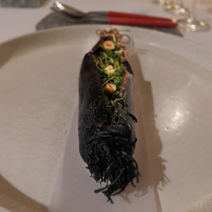 7. rett. Purre grillet på 600 grader i 8 minutter. Servert med Kalix Løjrom, grønne alger, karse og hasselnøtter.