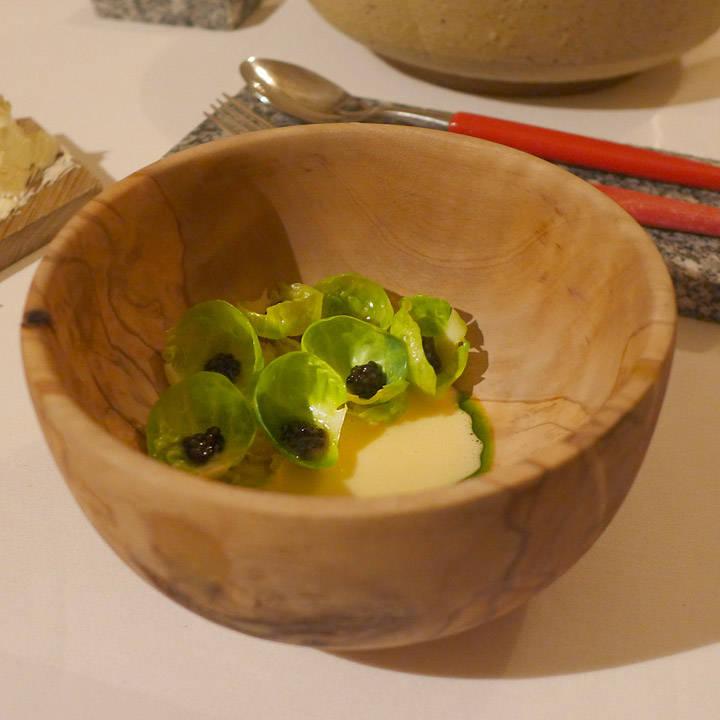 Rett 10: Finsk størkaviar, selleri, rosenkål, solbærbladolje og syrnet saus. Smaken fra solbærbladene er så herlig og ganske spesiell.