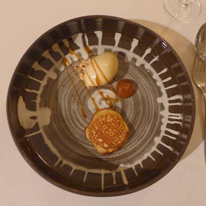 Sveler med salt karamell laget på rørossmør, hasselnøttis og ristede hasselnøtter.