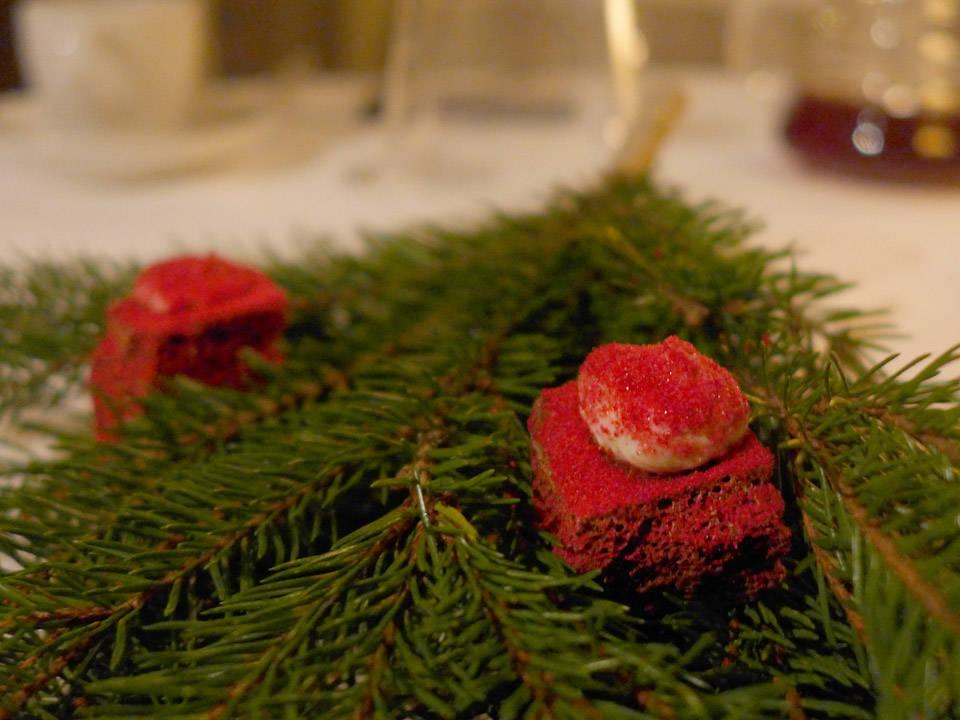 Rett 21 er luftig sjokolade (Stratos) med tyttebær og Nyr. Dette tar vi til kaffen.