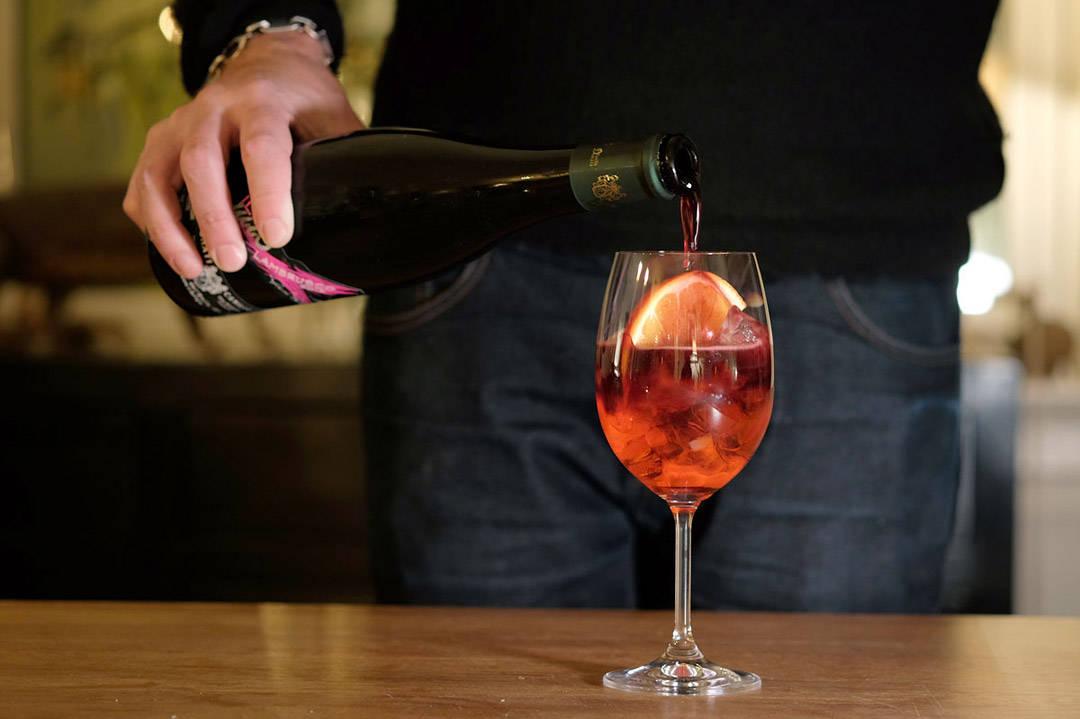 Fargen skifter farge mens Lambrusco-vinen helles i.