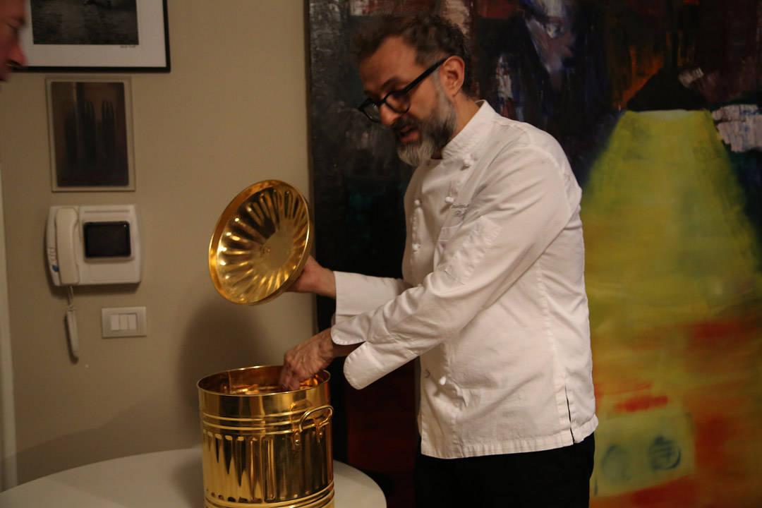 Massimo Bottura og den gylne søppelbøtte. Symbolet på at søppel er gull verdt. (foto: Helle Øder Valebrokk)