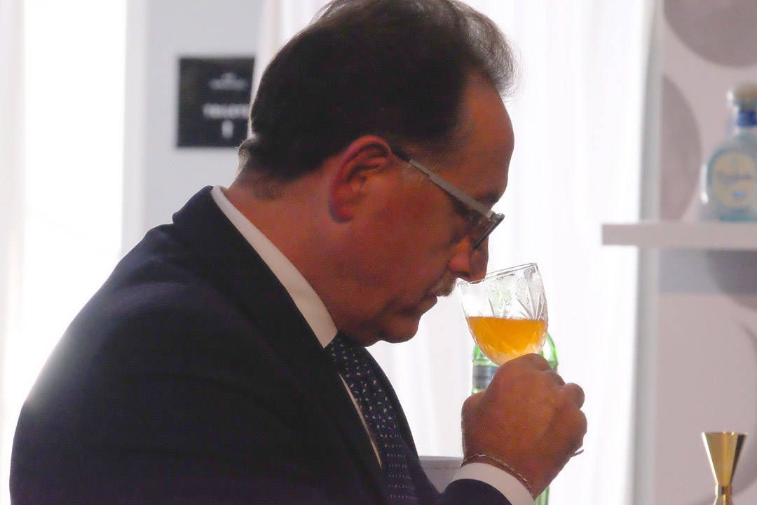 Salvatore Calabrese smaker Jørgens drink «Waves of Citrus» i oppgaven «Day & Night»