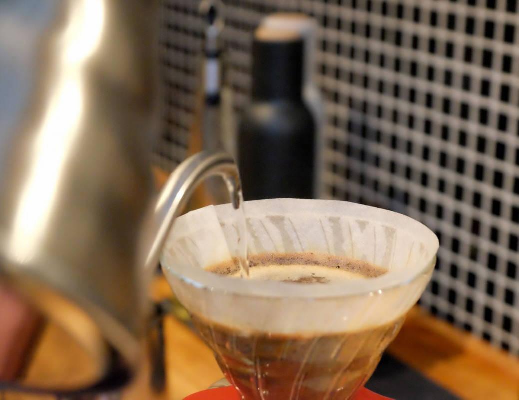 V60. Filterkaffe gjort manuelt. Filteret suger opp fettet fra bønnene.