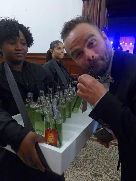 Min danske kollega nyter en cocktail servert i lommelerke.