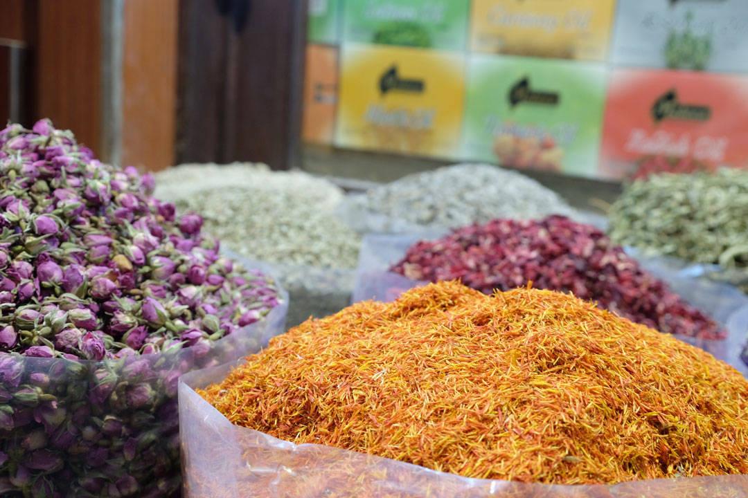 Fargerike krydder, tørkede blomster og urter.