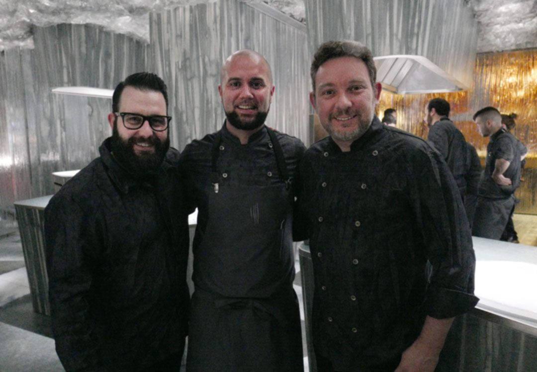 Bartender Marc Alvarez, kjøkkensjef på Enigma, Oliver Peña og Albert Adrià på kjøkkenet. Foto: Helle Øder Valebrokk
