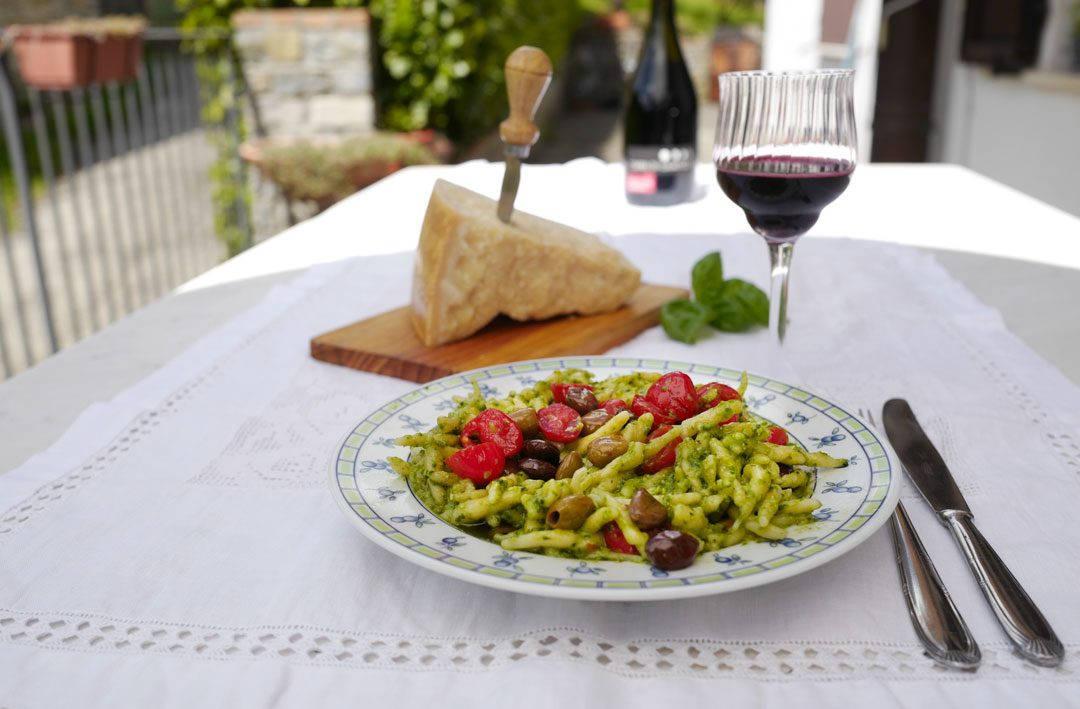L1160690 1080x709 - Silvanas deilige pasta pesto med oliven og tomater