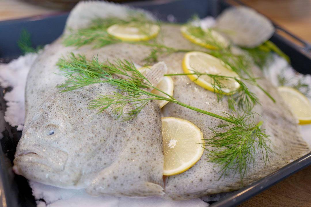 Saltbakt piggvar L1240988 1080x720 - Step-by-step: Slik saltbaker du fisk