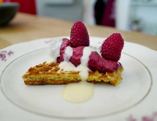 L1260600 520x400 - Dessert på 15 minutter: Eplevafler med skogsbæris og vaniljesaus
