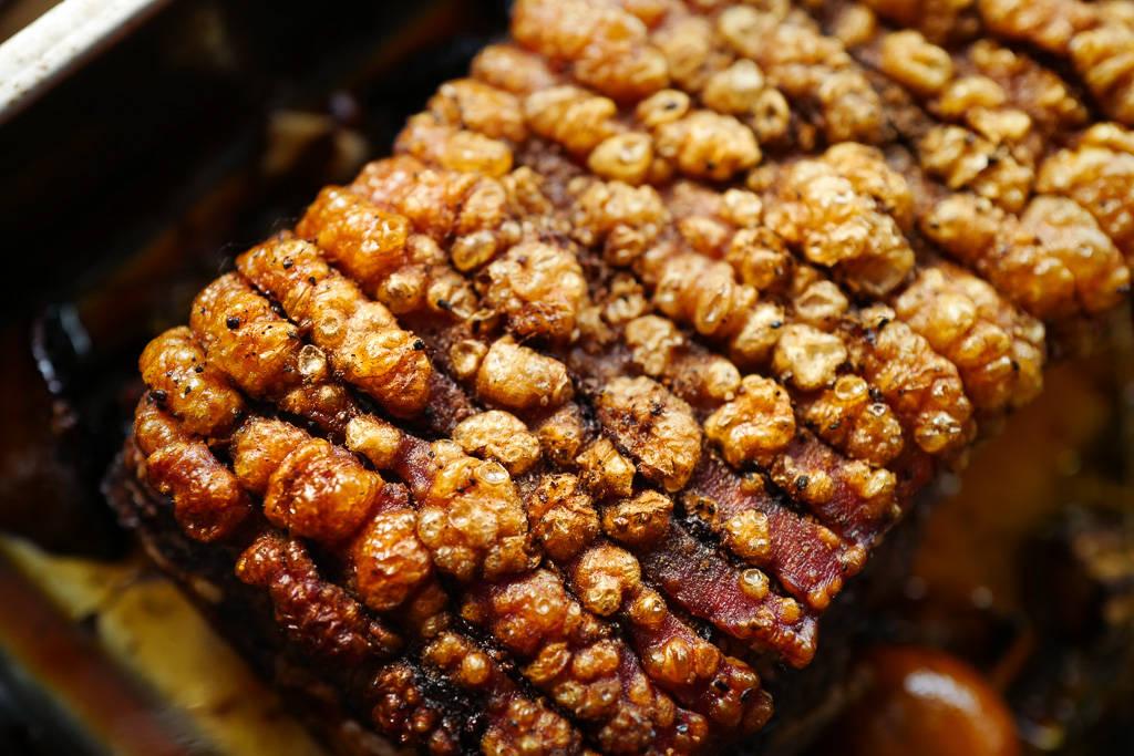 Langtidsstektribbe  ribbe brunedepoteter rødkål jul julemat helleskitchenL1350090 - Step-by-step til perfekt langtidsstekt ribbe med sprø svor