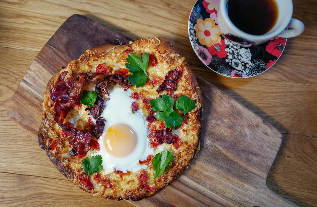 L1380748 - Pizza med egg og bacon