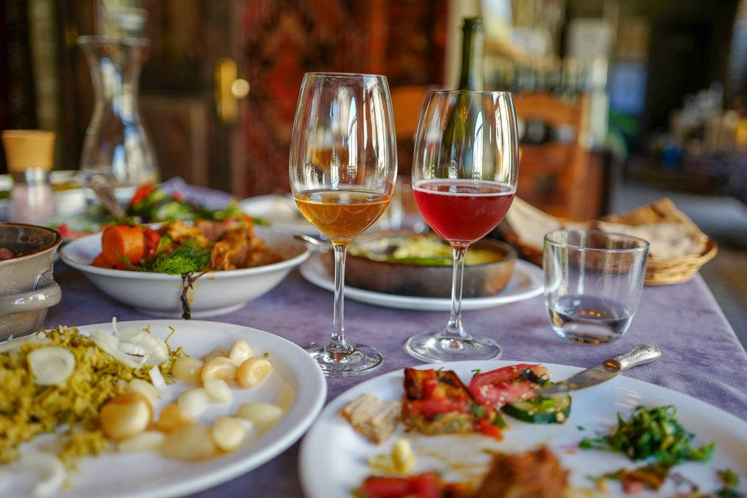 Tbilisi Georgia amberwine orangewine helleskitchenL1480515Tbilisi georgia amber wine helleskitchen 1080x720 - Georgia – landet der oransjevin har vært trendy i 8000 år